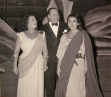 Il regista Livio Luzzato tra Elena Nicolai e Maria Callas