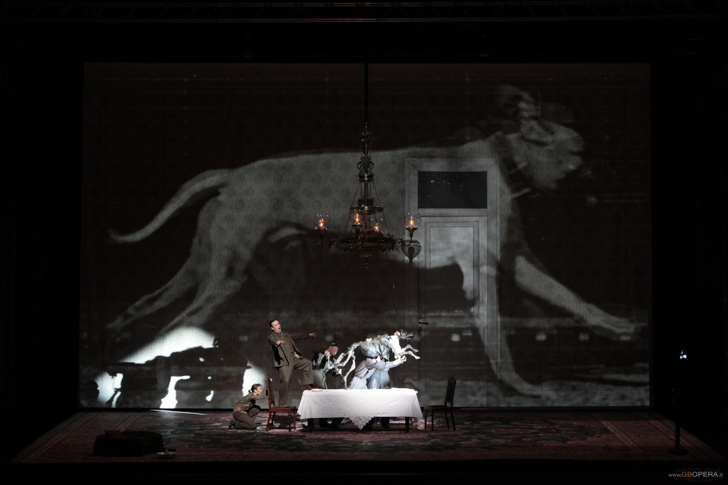 """L'incubo grottesco di """"Cuore di cane"""" affascina la Scala"""